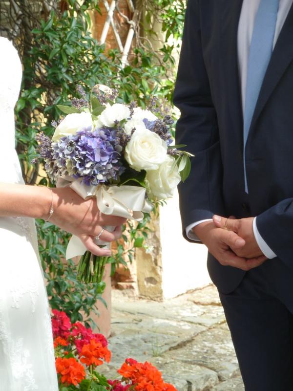 rose bianche e peonie viola