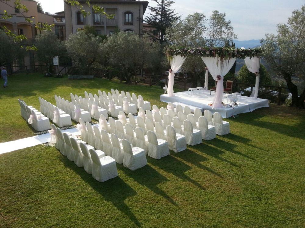 Mandap bianco tappeto bianco decori verde e rosa (3)