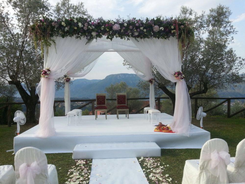 Mandap bianco tappeto bianco decori verde e rosa (4)