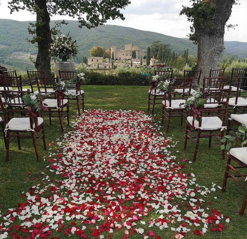 Navata di petali rossi con decorazioni sedie bianco e verde