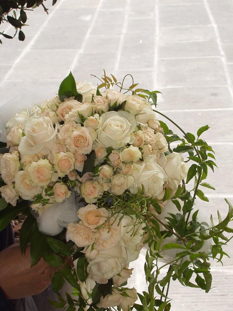 Palla bianca e rosa con cascata di fiorellini bianchi (1)