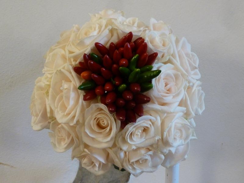 Rose bianche e peperoncini rossi