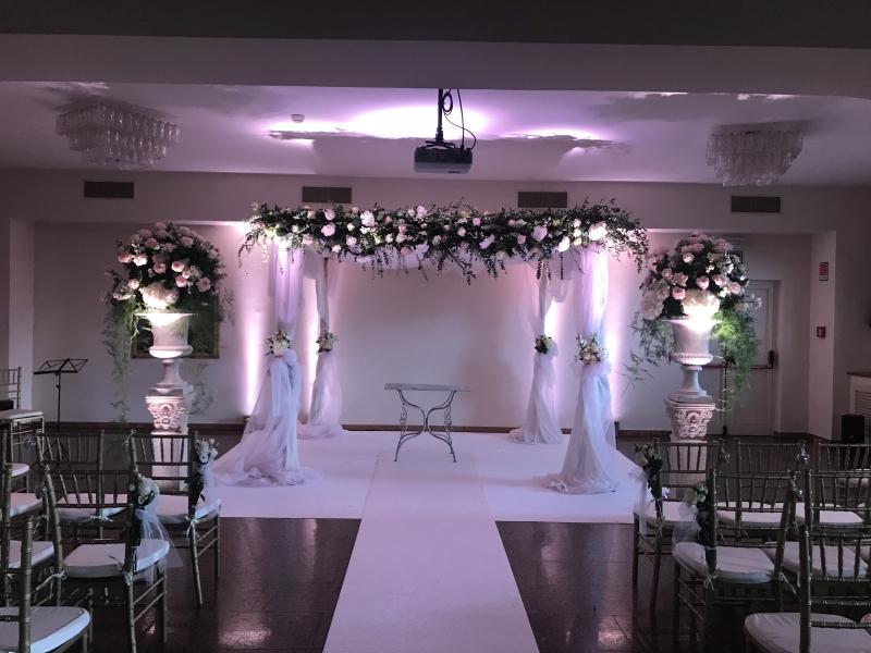 mandap bianco e rosa con copponi decorati (1)